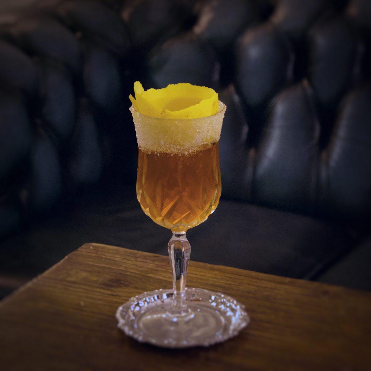 brandy cocktail con sugar rim