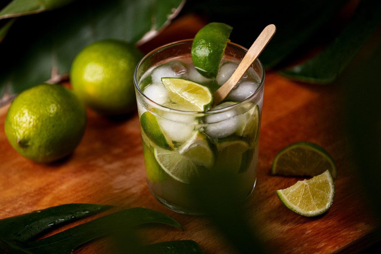 cocktail con cachaça lime e zucchero