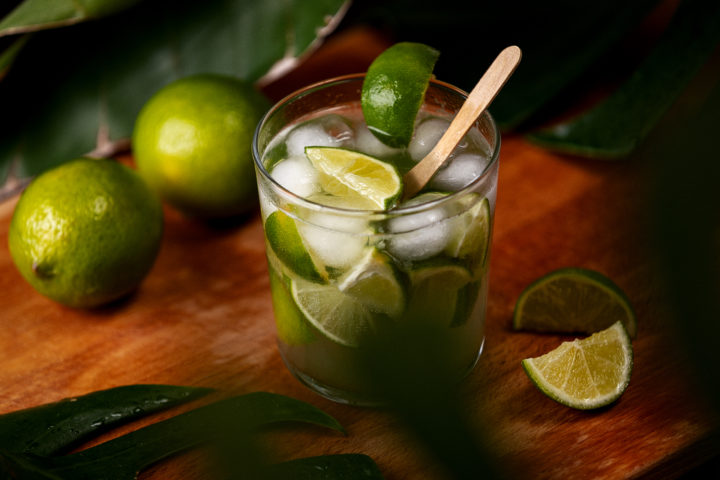 cocktail con cachaça lime e zucchero