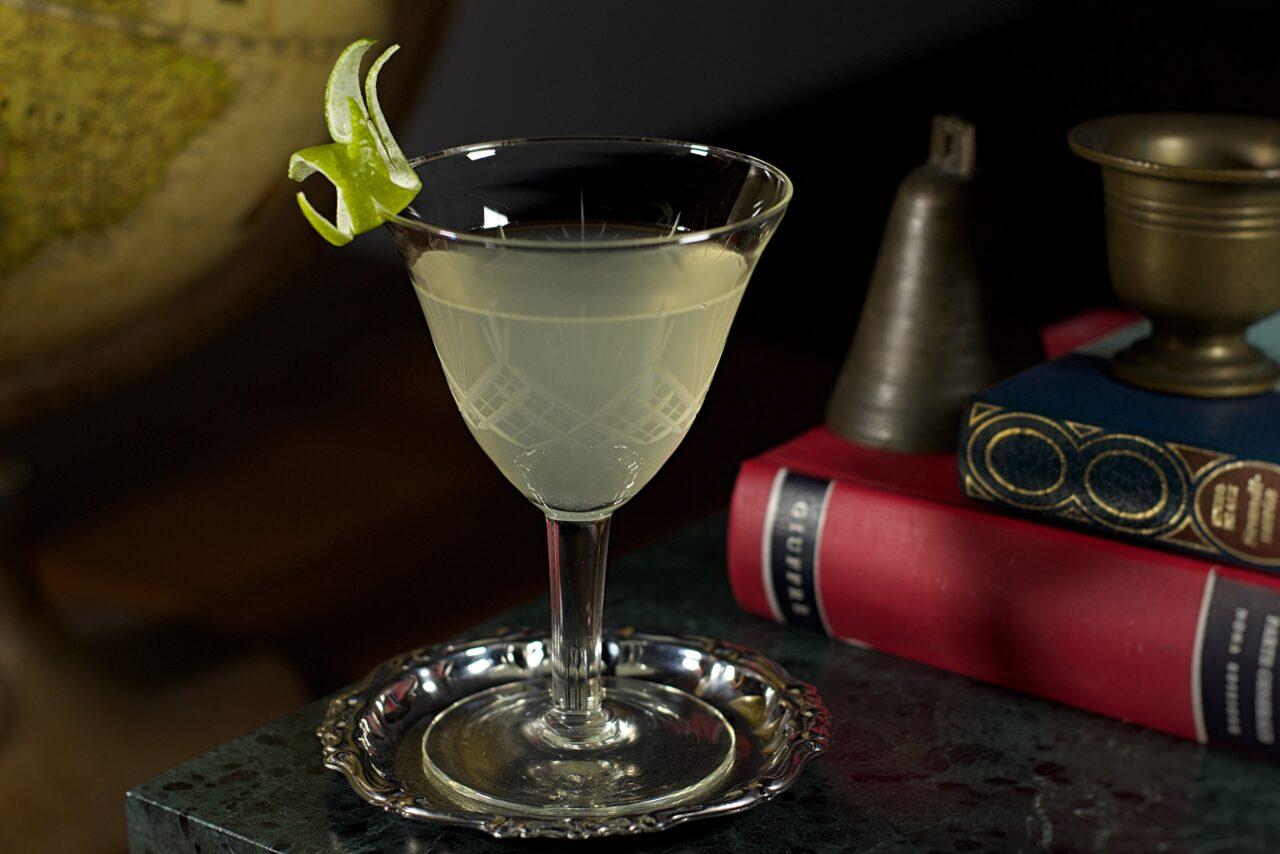 Un cocktail preparato solo con gin e lime cordial