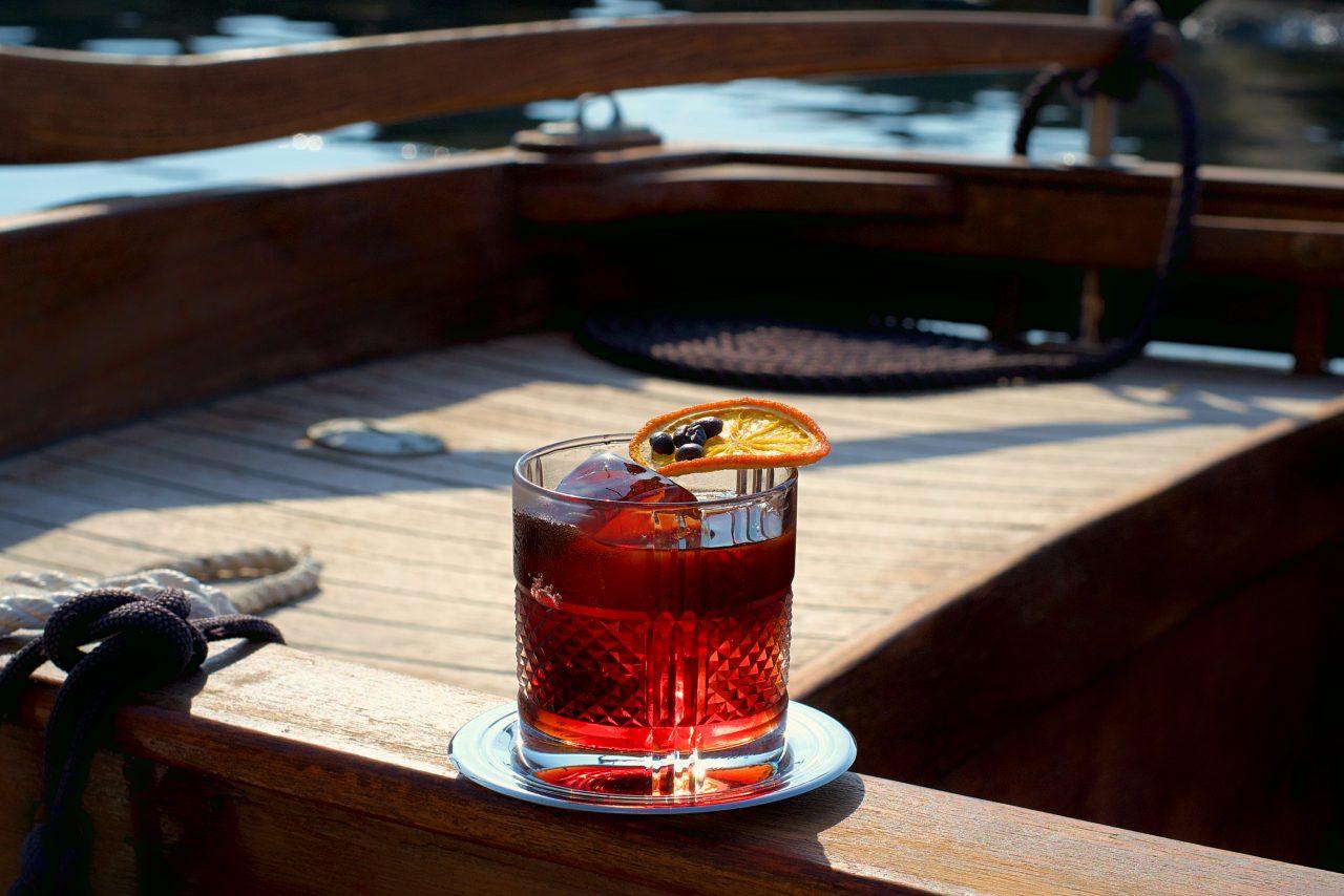 Negroni con Mezcal e caffè a bordo di una barca ospiti di un amico marinaio